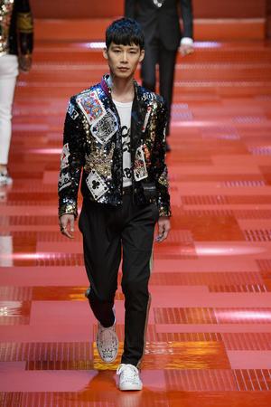 Показ Dolce & Gabbana коллекции сезона Весна-лето 2018 года Men prêt-à-porter - www.elle.ru - Подиум - фото 622345