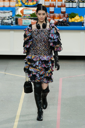 Показ Chanel коллекции сезона Осень-зима 2014-2015 года Prêt-à-porter - www.elle.ru - Подиум - фото 583159