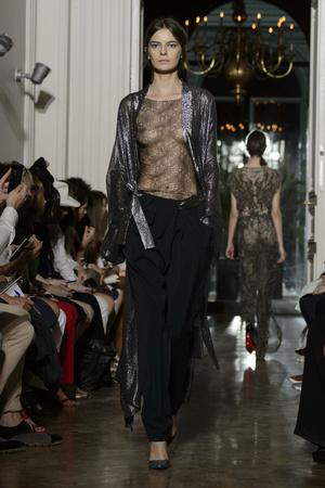 Показ Yiqing Yin коллекции сезона Осень-зима 2015-2016 года Haute couture - www.elle.ru - Подиум - фото 597365