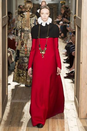 Показ Valentino коллекции сезона Осень-зима 2016-2017 года haute couture - www.elle.ru - Подиум - фото 607382