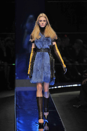 Показ Versace коллекции сезона Осень-зима 2010-2011 года Prêt-à-porter - www.elle.ru - Подиум - фото 151156