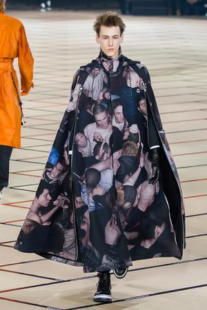 Показ Dior Homme коллекции сезона Осень-зима 2017-2018 года Men prêt-à-porter - www.elle.ru - Подиум - фото 615870