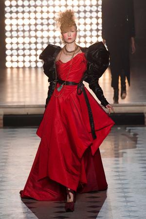 Показ Vivienne Westwood коллекции сезона Осень-зима 2014-2015 года Prêt-à-porter - www.elle.ru - Подиум - фото 582805