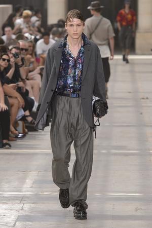 Показ Louis Vuitton коллекции сезона Весна-лето 2018 года Men prêt-à-porter - www.elle.ru - Подиум - фото 623167