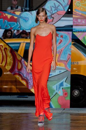 Показ DKNY коллекции сезона Весна-лето 2014 года prêt-à-porter - www.elle.ru - Подиум - фото 558060