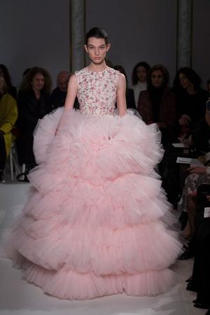 Показ Giambattista Valli коллекции сезона Весна-лето  2017 года Haute couture - www.elle.ru - Подиум - фото 616223