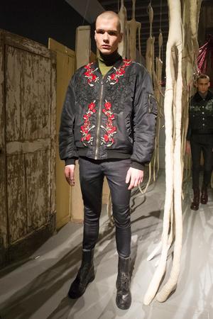 Показ Antonio Marras коллекции сезона Осень-зима 2017-2018 года Men prêt-à-porter - www.elle.ru - Подиум - фото 614835