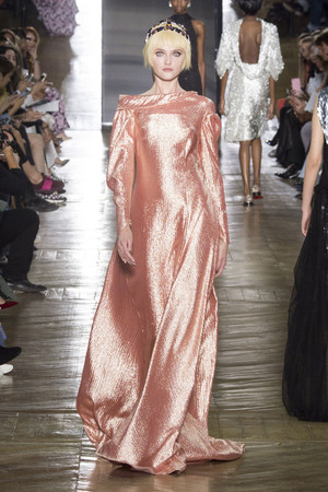 Показ Ulyana Sergeenko коллекции сезона Осень-зима 2016-2017 года Haute couture - www.elle.ru - Подиум - фото 606884