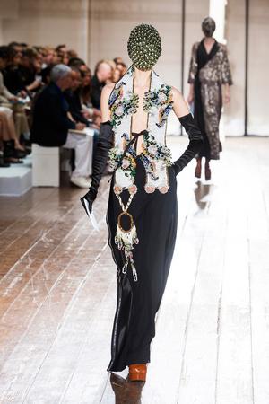 Показ Maison Martin Margiela коллекции сезона Осень-зима 2013-2014 года haute couture - www.elle.ru - Подиум - фото 556302