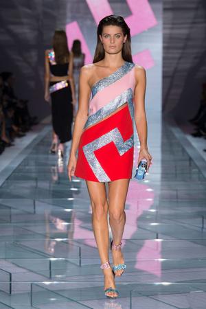 Показ Versace коллекции сезона Весна-лето 2015 года Prêt-à-porter - www.elle.ru - Подиум - фото 589317