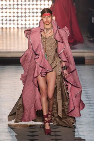 Показ Vivienne Westwood коллекции сезона Осень-зима 2014-2015 года Prêt-à-porter - www.elle.ru - Подиум - фото 582804