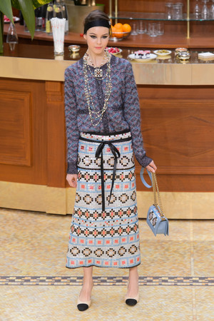 Показ Chanel коллекции сезона Осень-зима 2015-2016 года prêt-à-porter - www.elle.ru - Подиум - фото 595886