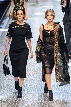 Показ Dolce & Gabbana коллекции сезона Осень-зима 2017-2018 года Prêt-à-porter - www.elle.ru - Подиум - фото 619367