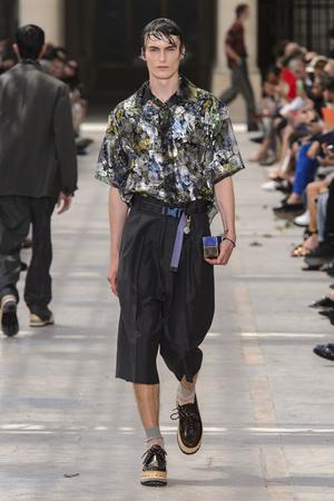 Показ Louis Vuitton коллекции сезона Весна-лето 2018 года Men prêt-à-porter - www.elle.ru - Подиум - фото 623171