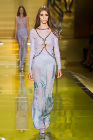 Показ Versace коллекции сезона Весна-лето 2014 года Prêt-à-porter - www.elle.ru - Подиум - фото 564874