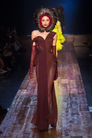 Показ Jean Paul Gaultier коллекции сезона Осень-зима 2016-2017 года haute couture - www.elle.ru - Подиум - фото 607272