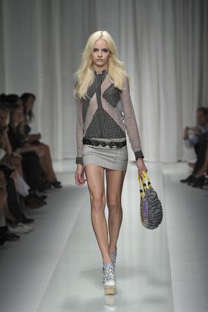 Показ Versace коллекции сезона Весна-лето 2010 года prêt-à-porter - www.elle.ru - Подиум - фото 117598