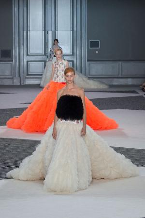 Показ Giambattista Valli коллекции сезона Осень-зима 2015-2016 года Haute couture - www.elle.ru - Подиум - фото 596977