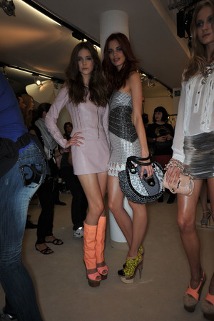 Показ Versace коллекции сезона Весна-лето 2010 года prêt-à-porter - www.elle.ru - Подиум - фото 117617