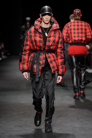 Показ Versace коллекции сезона Осень-зима 2017-2018 года Men prêt-à-porter - www.elle.ru - Подиум - фото 614540