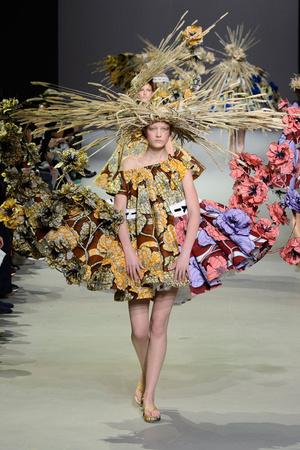 Показ Viktor & Rolf коллекции сезона Весна-лето 2015 года Haute couture - www.elle.ru - Подиум - фото 593336