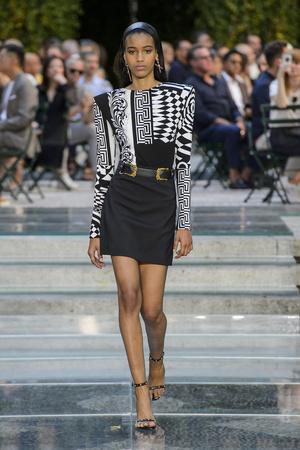 Показ Versace коллекции сезона Весна-лето 2018 года Men prêt-à-porter - www.elle.ru - Подиум - фото 622235