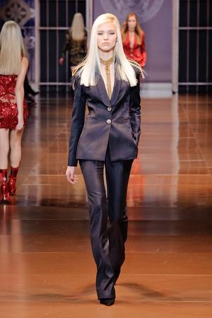 Показ Versace коллекции сезона Осень-зима 2014-2015 года Prêt-à-porter - www.elle.ru - Подиум - фото 581011