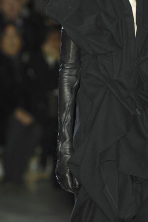 Показ Yohji Yamamoto коллекции сезона Осень-зима 2009-2010 года Prêt-à-porter - www.elle.ru - Подиум - фото 100297