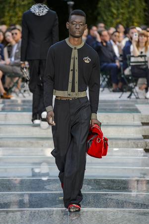 Показ Versace коллекции сезона Весна-лето 2018 года Men prêt-à-porter - www.elle.ru - Подиум - фото 622237