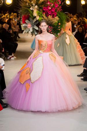 Показ Viktor & Rolf коллекции сезона Весна-лето  2017 года Haute couture - www.elle.ru - Подиум - фото 616821