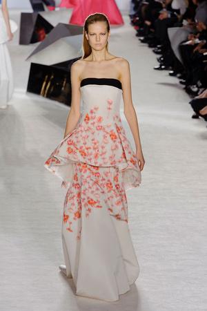 Показ Giambattista Valli коллекции сезона Весна-лето 2014 года Haute couture - www.elle.ru - Подиум - фото 574302