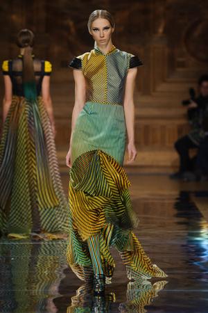 Показ Oscar Carvallo коллекции сезона Весна-лето 2014 года haute couture - www.elle.ru - Подиум - фото 574994