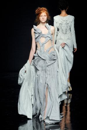 Показ Yiqing Yin коллекции сезона Осень-зима 2012-2013 года Haute couture - www.elle.ru - Подиум - фото 405051