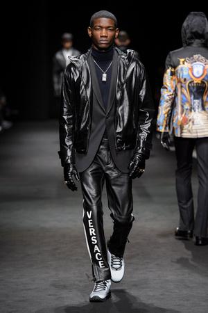 Показ Versace коллекции сезона Осень-зима 2017-2018 года Men prêt-à-porter - www.elle.ru - Подиум - фото 614538