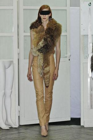 Показ Maison Martin Margiela коллекции сезона Весна-лето 2011 года haute couture - www.elle.ru - Подиум - фото 218647