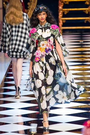 Показ Dolce & Gabbana коллекции сезона Осень-зима 2016-2017 года Prêt-à-porter - www.elle.ru - Подиум - фото 605411
