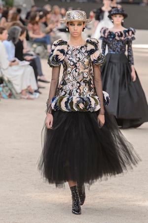 Показ Chanel коллекции сезона Осень-зима 2017-2018 года Haute couture - www.elle.ru - Подиум - фото 624066
