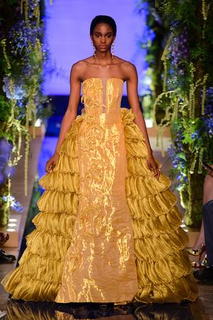 Показ Guo Pei  коллекции сезона Осень-зима 2017-2018 года Haute couture - www.elle.ru - Подиум - фото 623934
