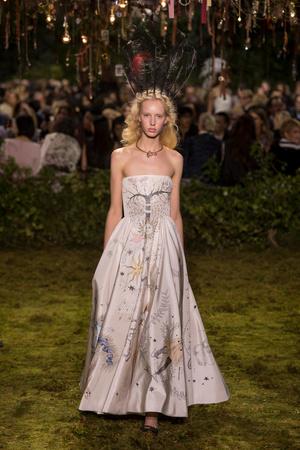 Показ Christian Dior коллекции сезона Весна-лето  2017 года Haute couture - www.elle.ru - Подиум - фото 616270