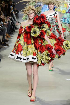 Показ Viktor & Rolf коллекции сезона Весна-лето 2015 года Haute couture - www.elle.ru - Подиум - фото 593332