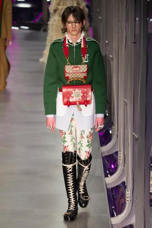 Показ Gucci коллекции сезона Осень-зима 2017-2018 года Prêt-à-porter - www.elle.ru - Подиум - фото 620142