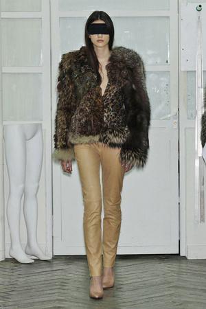 Показ Maison Martin Margiela коллекции сезона Осень-зима 2010-2011 года Haute couture - www.elle.ru - Подиум - фото 167117