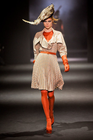 Показ John Galliano коллекции сезона Осень-зима 2012-2013 года Prêt-à-porter - www.elle.ru - Подиум - фото 381391