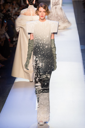 Показ Jean Paul Gaultier коллекции сезона Осень-зима 2017-2018 года Haute couture - www.elle.ru - Подиум - фото 624364