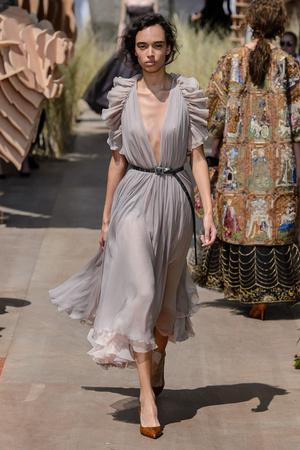 Показ Dior Haute Couture коллекции сезона Осень-зима 2017-2018 года Haute couture - www.elle.ru - Подиум - фото 623822