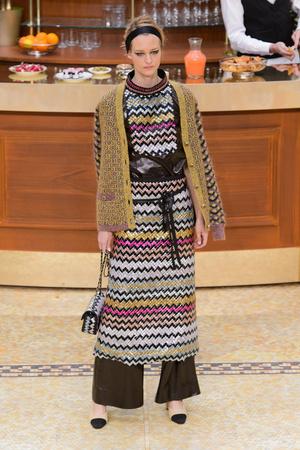 Показ Chanel коллекции сезона Осень-зима 2015-2016 года Prêt-à-porter - www.elle.ru - Подиум - фото 595881