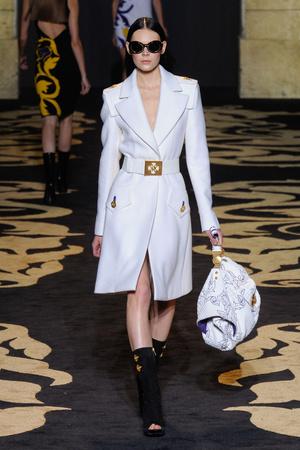 Показ Versace коллекции сезона Осень-зима 2011-2012 года prêt-à-porter - www.elle.ru - Подиум - фото 246013