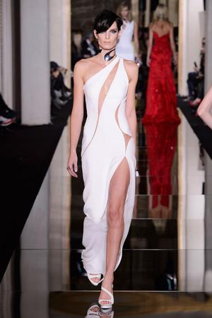 Показ Versace Haute Couture коллекции сезона Весна-лето 2015 года haute couture - www.elle.ru - Подиум - фото 592883