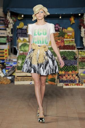 Показ Moschino Cheap & Chic коллекции сезона Весна-лето 2012 года prêt-à-porter - www.elle.ru - Подиум - фото 303994