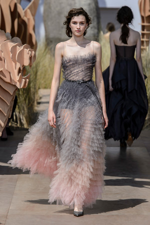 Показ Dior Haute Couture коллекции сезона Осень-зима 2017-2018 года Haute couture - www.elle.ru - Подиум - фото 623825